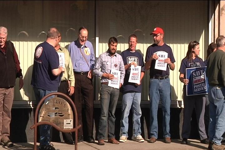 In La Crosse, postal workers protest closures